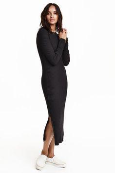 Rochie tricotată reiată: Rochie până la gambă, cambrată, din jerseu tricotat cu model reiat, din amestec de bumbac, cu mâneci lungi.
