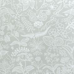 Ljusgrå tapet med mönster i vitt, blomster och gömda ansikten, Grazia av Stig Lindberg. Detta är ett aldrig tidigare utgivet mönster vilket gör den till en av kollektionen Scandinavian designers absoluta höjdpunkter. Sirlig och elegant med en liten twist.