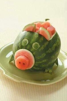 pig roast watermelon Soak it with vodka Watermelon Pig, Watermelon Carving, Cute Food, Good Food, Yummy Food, Pig Roast Party, Fruits Decoration, Fruit Animals, Food Sculpture