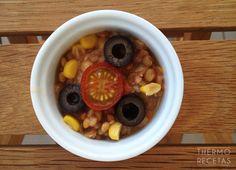 Ensalada de lentejas y atún, con tomate, cebolla, aceitunas negras y un toque de comino.