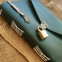 Diário verde escuro, costura longstitch, mini Pingente e mini cadeado em metal ouro velho. Modelo exclusivo Artesanalle Encadernação