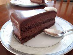 Κοινοποιήστε στο Facebook Συνδύασα τις συνταγές για σοκολατίνα του Παρλιάρου. Την ολοκλήρωσα σε δύο ήμερες κρατώντας τους χρόνους που προτείνει και εγγυώμαι ότι αξίζει κάθε λεπτό αναμονής. Βγαίνει επαγγελματικό αποτέλεσμα σε όψη και γεύση χωρίς κόπο και ιδιαίτερο εξοπλισμό. Ένα... Greek Desserts, Party Desserts, Sweets Recipes, Cake Recipes, Chocolate Mousse Cheesecake, Greek Pastries, Cake Cafe, Cake Frosting Recipe, Chocolate Sweets