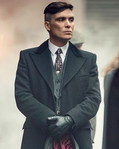 Dressed To Kill: The Style of 'Peaky Blinders' Peaky Blinders Tommy Shelby, Peaky Blinders Thomas, Cillian Murphy Peaky Blinders, Traje Peaky Blinders, Peaky Blinders Season, Peaky Blinder Haircut, Peaky Blinders Wallpaper, Moda Fitness, Moda Fashion