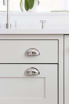 Grey shaker kitchen with Armac Martin stainless steel cup handles Modern Shaker Kitchen, White Shaker Kitchen Cabinets, Cheap Kitchen Cabinets, Shaker Style Kitchens, Kitchen Cupboard Handles, Kitchen Knobs, Kitchen Cabinet Colors, Kitchen Drawers, Open Plan Kitchen Living Room