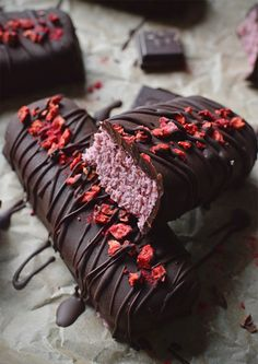 Raw raspberry Ruffle bars, with a sweet, creamy raspberry coconut centre, smothered in rich, raw chocolate. Healthy Vegan Dessert, Raw Vegan Desserts, Vegan Treats, Healthy Treats, Raw Food Recipes, Vegan Vegetarian, Cooking Recipes, Healthy Recipes, Vegan Raw