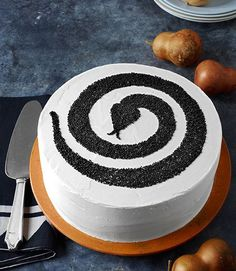 These easy and festive Halloween cakes will delight your fall dinner party or Halloween party guests. Our Halloween cake recipes are spookily good, from haunted house cakes to pumpkin rolls and more. Postres Halloween, Dessert Halloween, Halloween Cupcakes, Halloween Treats, Halloween Party, Halloween Halloween, Cake Original, Haunted House Cake, Snake Cakes