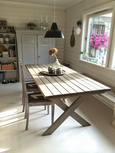 I want a table like this! Fru Hansens kreativiteter