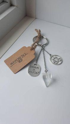 Porte-clés en pierre fine quartz  transparent avec breloques Clear Quartz, Transparent, Believe In You, Dog Tag Necklace, Personalized Items, Crystals, Jewelry, Stone, Hands