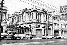 La casa situada en el número 93 de la avenida #Bucareli en una fotografía de 1982, cuando la planta baja se encontraba ocupada por accesorias. En la actualidad este inmueble forma parte de la #SecretariaDeGobernacion; a la izquierda se ve la antigua residencia de #FelicianoCobian, sede de la misma dependencia, y a la derecha, un edificio que ya no existe.  Imagen: #INBA Vía @Candidman