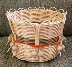 Bamboo Weaving, Willow Weaving, Baskets On Wall, Wicker Baskets, Paper Basket Weaving, Log Decor, Recycled Magazines, Newspaper Basket, Diy Crafts Hacks