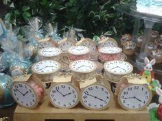 Porta doces (balas, confetes, MMs) de acrílico (Tipo Mint) com aplique de relógio do coelho Branco, com correntinha dourada.  Veja todos os produtos desse tema em http://www.elo7.com.br/festa-alice-no-pais-das-maravilhas/al/8F39F