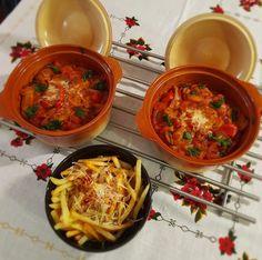 Κεφτεδάκια σε σάλτσα τομάτας | Cookos Thai Red Curry, Meat, Ethnic Recipes, Food, Essen, Meals, Yemek, Eten