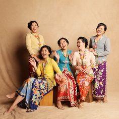 Kebaya via Alodita + beautiful batik sarongs Kebaya Lace, Kebaya Dress, Batik Kebaya, Batik Dress, Kimono, Modern Kebaya, Indonesian Kebaya, Bridesmaid Dress Colors, Bridesmaids