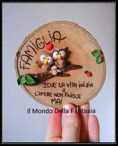 Targhetta decorativa in legno e decorazioni in fimo. Seguimi su istagram: ilmondodellafantasia_shop #targhetta #fimo #handmade #famiglia #decorazione