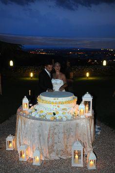 Taglio della torta al lume di candela, nel bellissimo giardino di castello degli angeli #wedding #giallo #yellowweddingcake #atmosfera