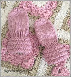 Villasukkien jälkeen kerästä jäi vajaa puolet, joten neuloin lopusta vauvan tumput. Nämä eivät kyllä tule omaan käyttöön, koska prinsessan ...