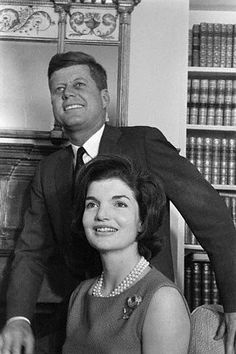President John F Kennedy and First Lady Jackie Kennedy Jacqueline Kennedy Onassis, Jackie Kennedy, Les Kennedy, Jaqueline Kennedy, Carolyn Bessette Kennedy, Robert Kennedy, American Presidents, Us Presidents, Die Kennedys