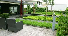 http://www.tuindesign-ten-horn.nl Tuinarchitect - tuinontwerp. Moderne eigentijdse mooie achtertuin met kunstobjecten en zonder gazon in Limburg.
