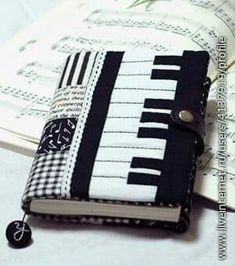 love the piano notes material Music Crafts, Music Decor, Sewing Crafts, Sewing Projects, Fabric Book Covers, Diary Covers, Bible Covers, Fabric Journals, Needle Book
