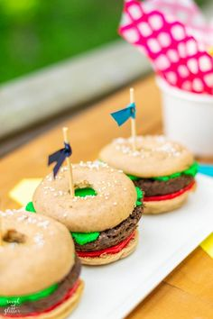 Celebrate National Doughnut Day with hamburger doughnuts Milk Shakes, Cheddar, Molho Shoyo, Instagram Party, Diy Party Decorations, Kid Friendly Meals, Nutritious Meals, Doughnuts, Junk Food