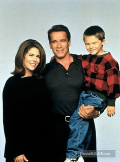Jingle All The Way - Promo shot of Arnold Schwarzenegger, Jake Lloyd & Rita Wilson