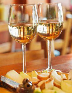 MARIDAJES -  ¿Quesos con vino blanco o tinto? Para quesos muy curados, los vinos tintos ligeros (reservas) pueden ser un buen compañero, pero en general el blanco nos permitirá apreciar mucho más los sabores y aromas propios del queso. Al ser un vino menos contundente, no matará sus matices. Los vinos dulces como el oporto y los quesos azules, se llevan de maravilla. La cerveza, especialmente las de abadía (alta fermentación) y el cava son también una opción perfecta.