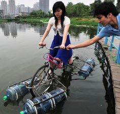 How to recycle used water gallons? This guy from china had invented a water bike with water gallons and its really can float on the water. When the bike is on Tricycle, Powered Bicycle, Amphibious Vehicle, Diy Boat, Water Toys, Water Water, Cycling Art, Cycling Quotes, Cycling Jerseys