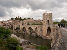 """Una reliquia medieval (Besalú, Girona)  Las fotos de Besalú parecen una """"reconstrucción digital"""" de un pueblo medieval, pero es tan real como lo puede contar su historia. Su magia se acrecienta por su emplazamiento y el entorno que ofrece vistas magníficas y una atmósfera difícil de repetir. Besalú es uno de los principales conjuntos medievales de España, un paisaje urbano congelado en el tiempo que incluye puentes, murallas y construcciones que no han cambiado por siglos."""