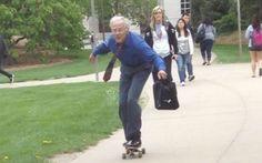 Os 10 professores mais legais do mundo! E esse professor que vai assim, de skate, para a escola? Já deve chegar na aula cheio de energia e animando todo mundo, haha!