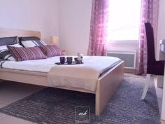 Décoration de cette chambre dans un appartement témoin aux tons parme et gris. Qu'en pensez-vous?