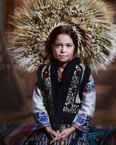 Une styliste ukrainienne recrée des couronnes de fleurs, relançant une tradition vestimentaire symbolisant la fierté nationale !