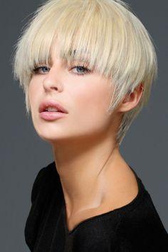 Coiffure 2018 : coupe courte effilée, avec une frange travaillée, Biguine AH 17-18. /// #aufeminin #cheveuxcourts #biguine #coupecourte #blonde #cheveuxeffilés #coupedecheveux