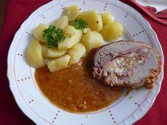 Plát masa lehce naklepeme, osolíme, opepříme, potřeme hořčicí a poklademe paprikovým salámem. Do mísy dáme na kostičky nakrájená vejce,... Steak, Food, Red Peppers, Essen, Steaks, Meals, Yemek, Eten