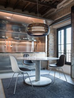 Inspired by the art of weaving, Kalatos revisits these archetypes with a modern take using Slamp's advanced technopolymers Pendant Lamp, Pendant Lighting, Suspension Design, Luminaire Design, Led Lampe, Lounges, Home Decor Kitchen, Kitchen Lighting, Contemporary