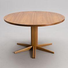 """OLOF OTTELIN RUOKAPÖYTÄ, """"Rondo"""", Keravan Puusepäntehdas, Stockmann, 1970/80-luku. Jatkettava pöytä. Yhdellä lisälevyllä à 60 cm. Valmistajan leimalla. Halkaisija 125 cm, korkeus 74 cm. Kokonaispituus jatkettuna 185 cm."""