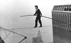 Philippe Petit, en su famoso paseo entre las dos Torres Gemelas la mañana del 7 de agosto de 1974.
