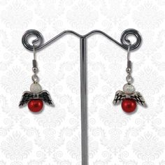 Engeltjes oorbellen rood  Deze cuties van DQ kwaliteit metaal met glasparels zijn perfect voor de aankomende feestdagen.