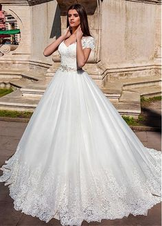 Buy discount Amazing Tulle V-neck Neckline Ball Gown Wedding Dresses With Lace Appliques at Laurenbridal.com