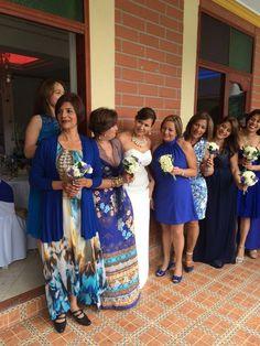 La alegria y la sobriedad del azul Bridesmaid Dresses, Wedding Dresses, Fashion, Sobriety, Bridesmaids, Blue Nails, Wedding, Pictures, Bride Maid Dresses
