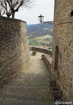 Weekend in Alta Umbria tra borghi e piatti tipici | itinerario in Valtiberina Building, Travel, Italia, Viajes, Buildings, Destinations, Traveling, Trips, Construction