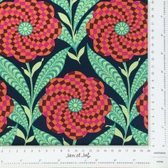 Preciosa tela de patchwork con flores grandes en tonos coral y verde diseñada por  Amy Butler
