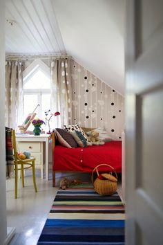Kahden koulutytön yhteisessä huoneessa on suloisia yksityiskohtia.   Unelmien Talo&Koti Kuvat: Jenni-Justiina Niemi Toimittaja: Sanna Halla-aho