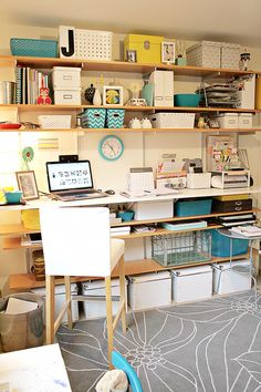 This is by far my most favorite design for a studio. This one belongs to @jenniferpebbles. I love the added shelving below the desktop & the touches of turquoise.