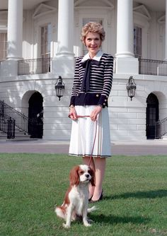 First Lady Nancy Reagan with First Dog Rex, a Cavalier King Charles spaniel, on the South Lawn of the White House, 1986 Cavalier King Charles, King Charles Dog, King Charles Spaniel, Presidents Wives, American Presidents, American History, Nancy Reagan, Ronald Reagan, Game Mode