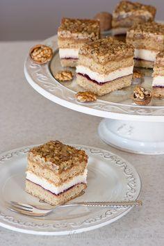 Ciasto prezentuje się świetnie i tak samo smakuje. Najlepsze po 2 - 3 dniach, gdy spody zmiękną. Polecam wszystkim! →