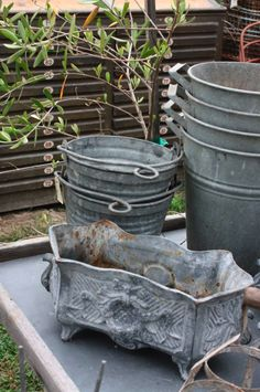 I found the same 'jardinière' at a fleemarket. They are quite large. Galvanized Decor, Galvanized Metal, Farmers Market Display, Farmhouse Architecture, Garden Pots, Garden Sheds, Trash To Treasure, Vintage Market, Farmhouse Chic