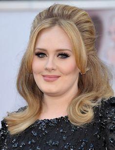 OSCARS 2013. Adele eligió un peinado con volumen, esta vez dejando su melena suelta.