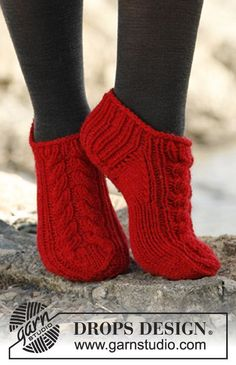 "Knitted DROPS short socks with cable in ""Alaska"". ~ DROPS Design, free pattern (note to self - saved on file)"