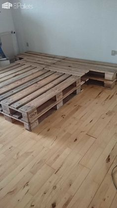 For this palletbed, I've used eight pallets that I've sanded, waxed and polished. Then, I've stacked them two by two, …