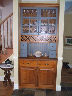 Vaisselier de style rustique en pin noueux teint & en merisier de couleur bleu ancien.